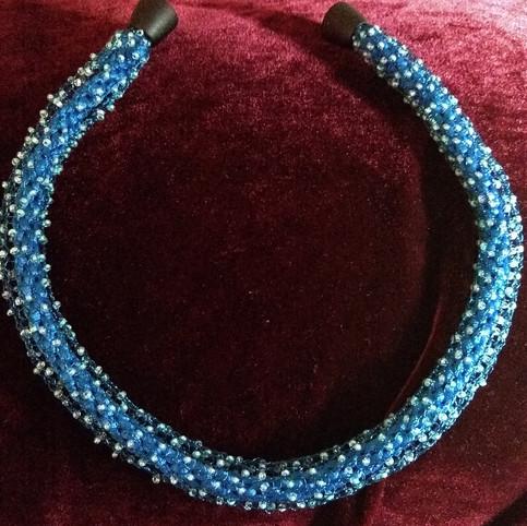 Blaue gestrickte Kette mit Glasperlen / 45€