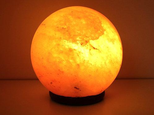 Originale Himalaykristallsalzlampe mit Holzsockel, in der Form einer Kugel, ca. 6 KG schwer. Farbe: Rot bis orange.