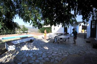 El patio trasero y la piscina al fondo