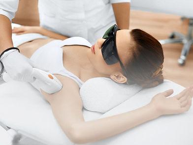 Frau beim Haare Lasern