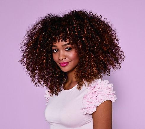 Aveda Bild Frau mit lockigen Haaren auf Respiro Hair Natural Spa Oberndorf