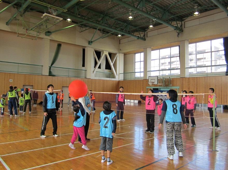 一群人在打氣球排球