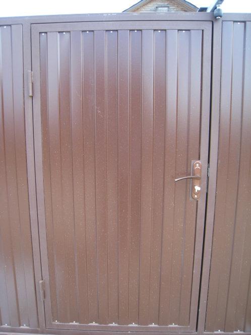 Обивка деревянной двери металлическим профлистом