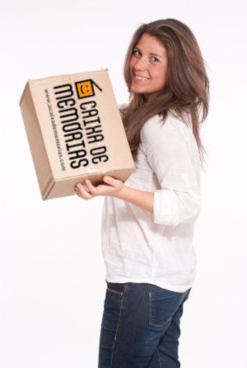 Mulher com caixa e logo na mao.jpg