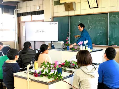 小学校で生け花体験授業