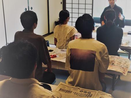 インターンシップの大学生に出張生け花体験教室