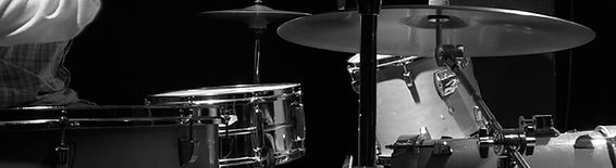 Musikkikoulu, rumpu, rumputunnit Keravalla bändi soittaa yhdessä rumpalin kanssa.
