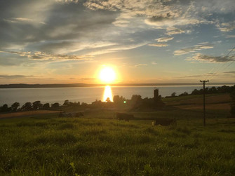 Solen går ner över Strands Gård.