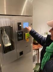 Fyll på din flaska i mjölkautomaten.