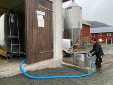 Mjölktaxin fylls på med mjölk från gårdstanken.
