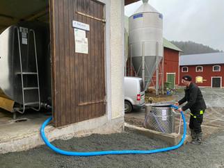Johan hämtar ny mjölk i mjölktaxin.