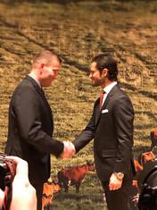 Johan tar emot guldmedalj ur Prins Carl-Philips hand.