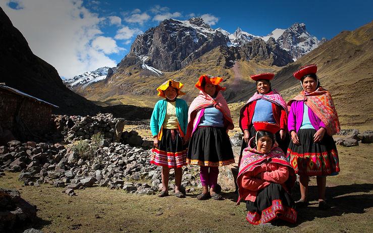 Tejedores quechuas en las montañas de los Andes peruanos