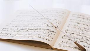 Dirigentenstab auf Noten
