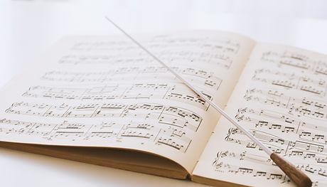 bâton de chef d'orchestre sur partitions