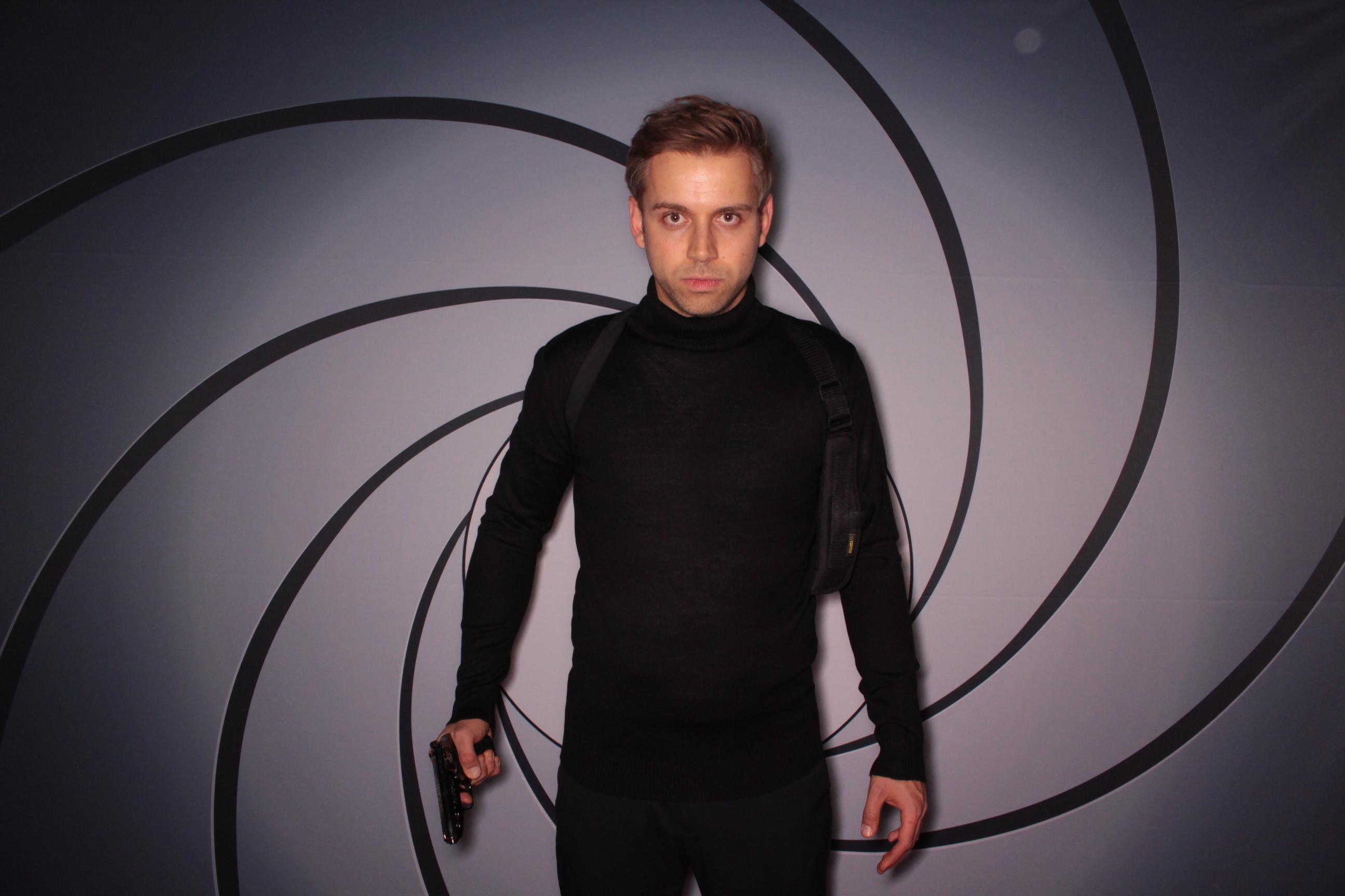 Blitzboxx, Agent, Bond, Hintergrund