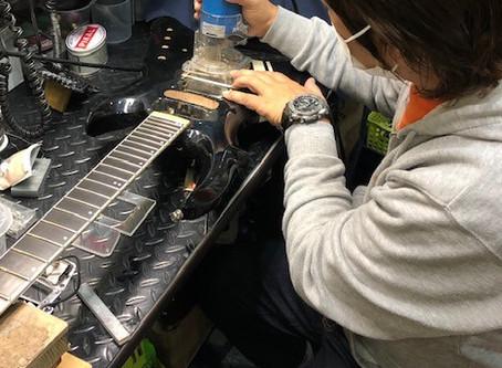 【川越のT.S.G.楽器店】フロイドローズブリッジの落とし込み改造