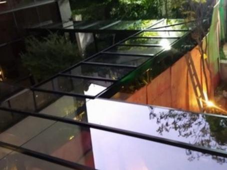 10 ideias de cobertura de vidro retrátil para modernizar sua área gourmet