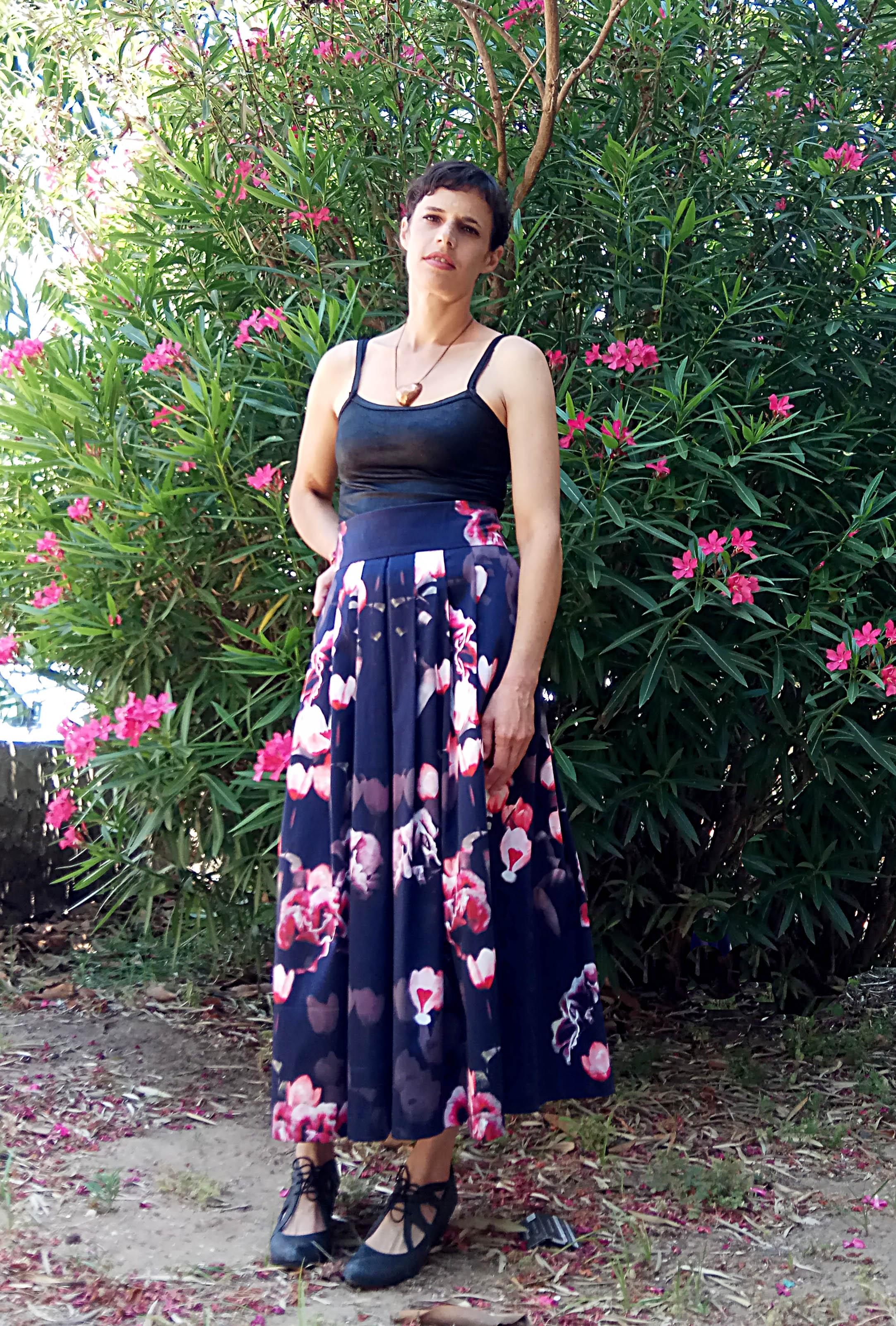 חצאית קפלים פרחונית רקפות