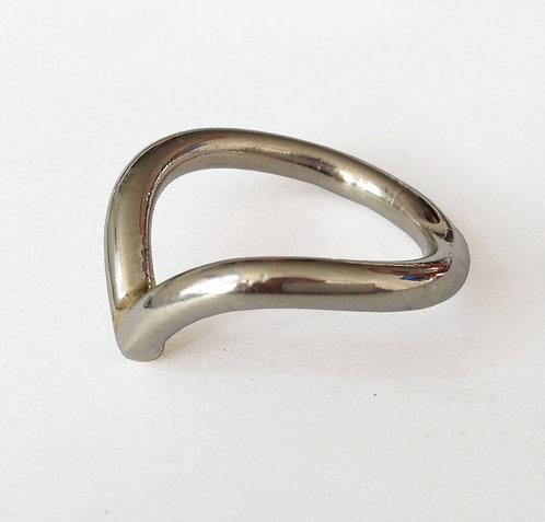 טבעת בצורת וי זהב לבן 14 קראט
