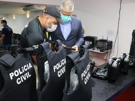 Policiais civis do Oeste recebem novos coletes balísticos e pistolas