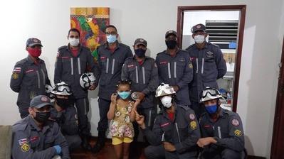 Menina que ficou presa em ralo de pia é retirada pelos bombeiros