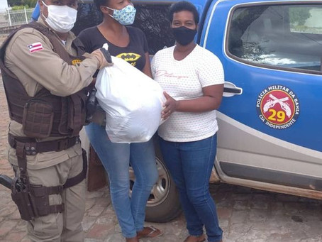 Policiais doam cestas básicas para famílias vulneráveis