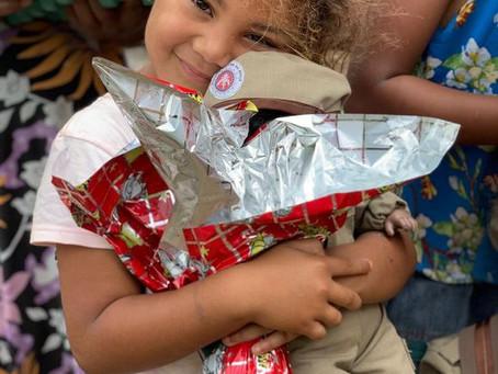 PM doa ovos de Páscoa e cestas básicas em Conquista