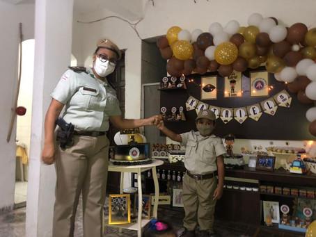 Garoto comemora aniversário com homenagem a PM