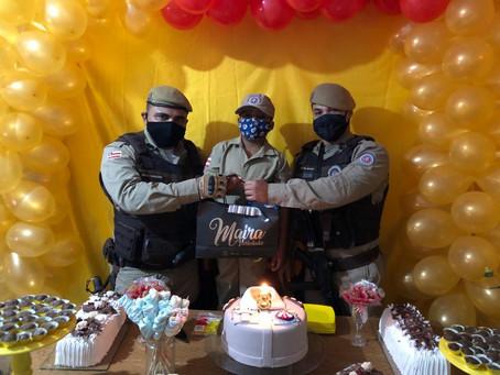 Garoto reza por saúde de PMs na sua festa de aniversário.