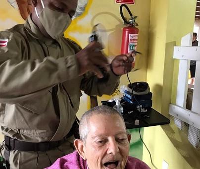 Bepe realiza visita e ação social em lar de idosos