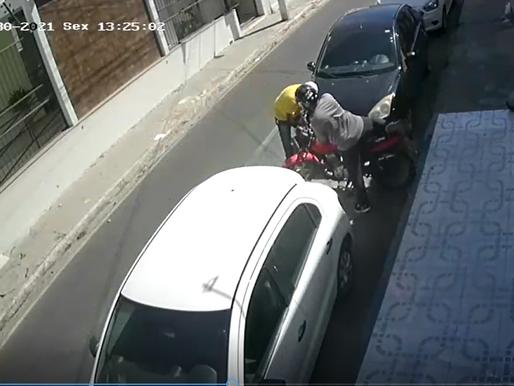 Bandidos roubam motocicleta em plena luz do dia em rua movimentada de Juazeiro; veja o vídeo