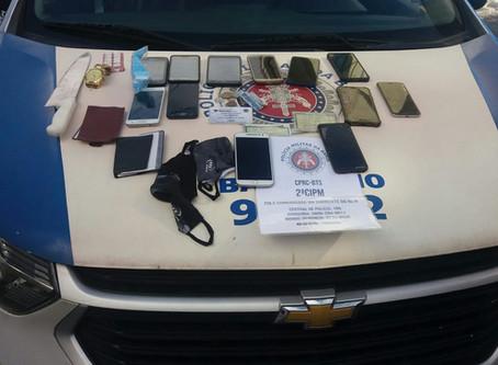 Polícia prende assaltantes de ônibus e recupera 12 celulares