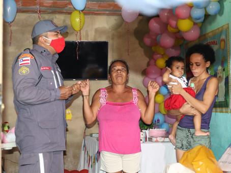 Bombeiros fazem festa de um ano para criança