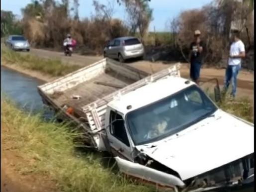 Veículo carregado com frutas cai em canal na zona rural de Petrolina