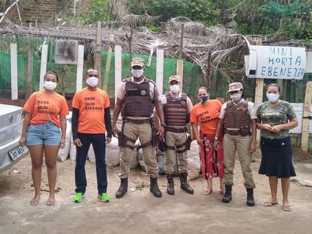 Máscaras e alimentos distribuídos pela PM em Sussuarana