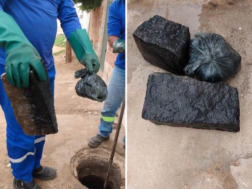 Equipe do SAAE encontra paralelepípedos e sacola de areia dentro de rede de esgoto em Juazeiro
