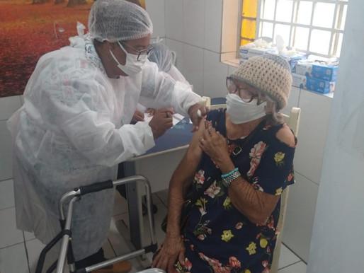 Idosos do Lar São Vicente de Paulo em Juazeiro recebem vacina contra Covid-19