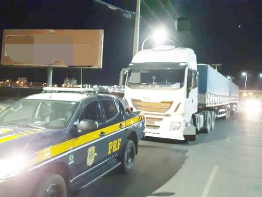 PRF em Petrolina retém caminhão com 39 toneladas de excesso de peso