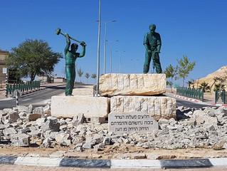 פסל של אסף ליפשיץ במצפה רמון.