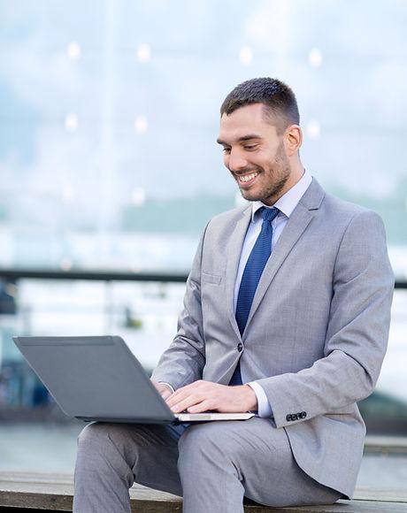 Affärsman på bärbar dator