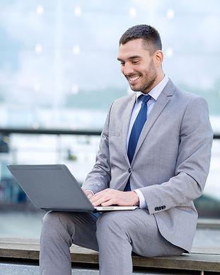 Бизнесмен на ноутбуке
