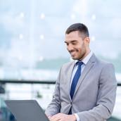 Uomo d'affari sul computer portatile