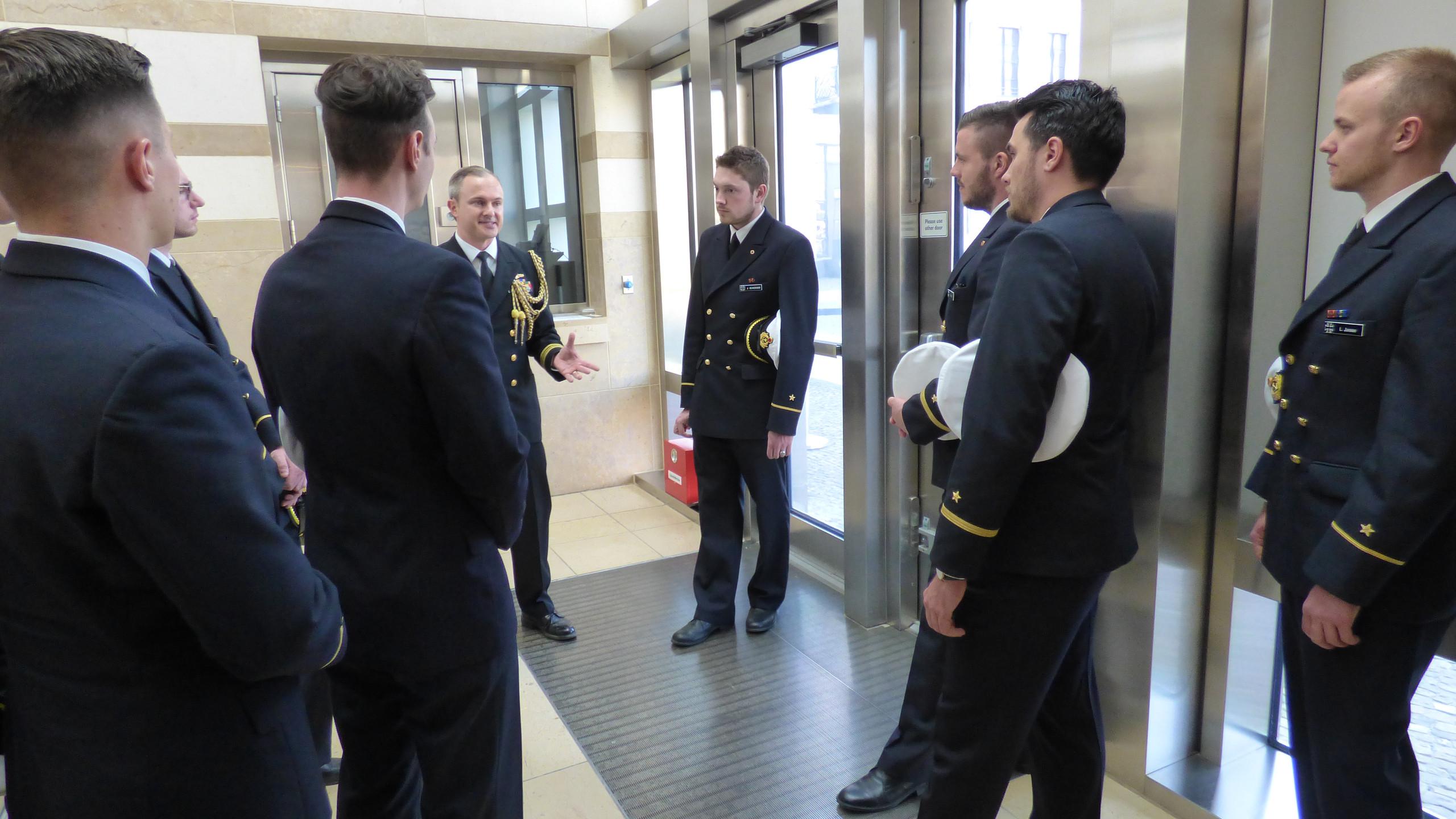stellv. Marineattaché im Gespräch
