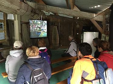 Les visiteurs regardent un film sur les travaux de rénovation des Essacs