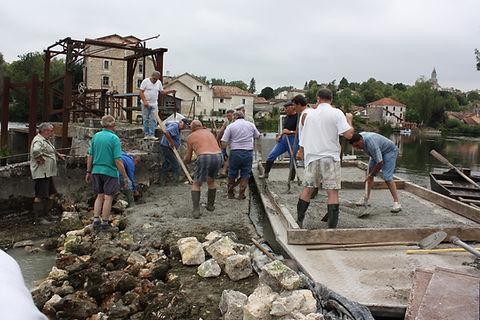 La barge du Conseil Départemental de la Charente permet d'achemier le béton sur la digue à Saint-Simeux