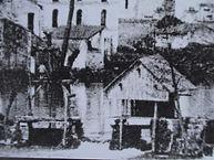 Photo noir et blanc d'une vieille pêcherie couverte