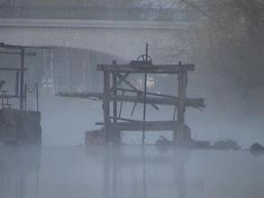 Vieille pêcherie à anguilles dans la brume
