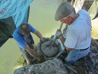 Nous utilisons un entonnoir pour couler le béton dans l'eau