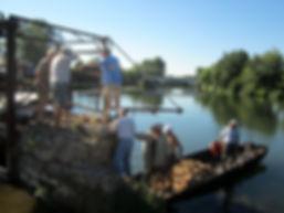 Le bateau de l'association sert à transporter les matériaux pour la réparation de la digue